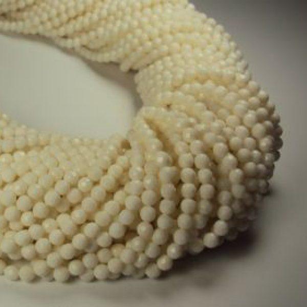 Stränge Bambuskoralle weiß facettierter Kugelform in 4 mm-0